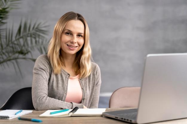 Frau, die auf laptop studiert