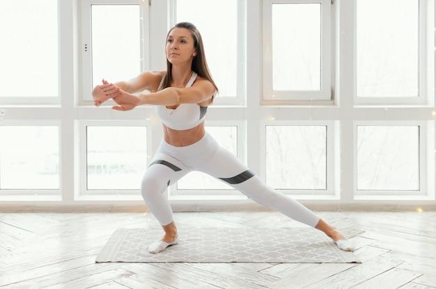 Frau, die auf matte trainiert
