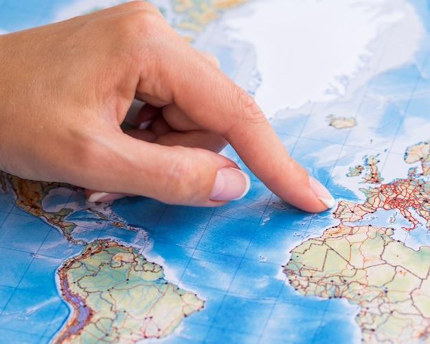 Frau, die auf portugal auf der karte zeigt