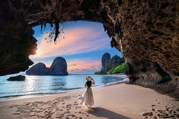 Frau, die auf railay strand, krabi in thailand geht.