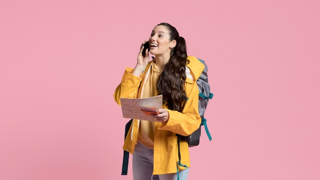Frau, die auf reisen am telefon spricht