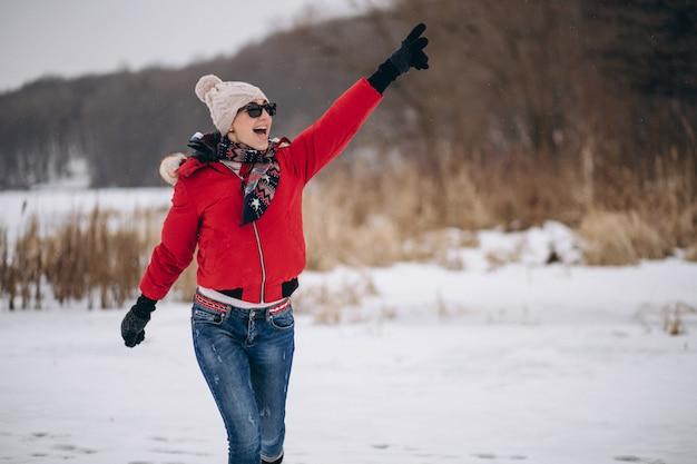 Frau, die auf see im winter läuft