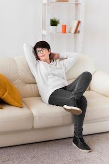 Frau, die auf sofa zu hause entspannt