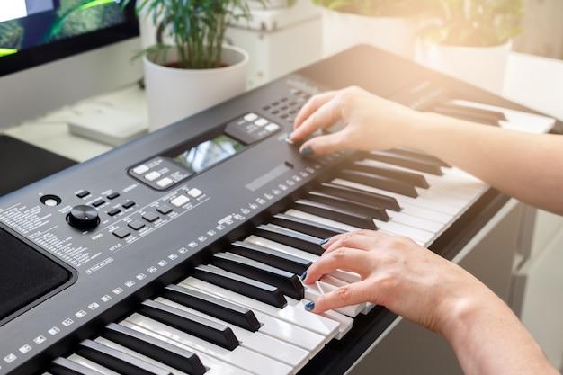 Frau, die auf synthesizer spielt
