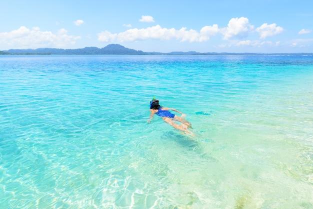 Frau, die auf tropischem karibischem meer des korallenriffs, türkisblaues wasser schnorchelt