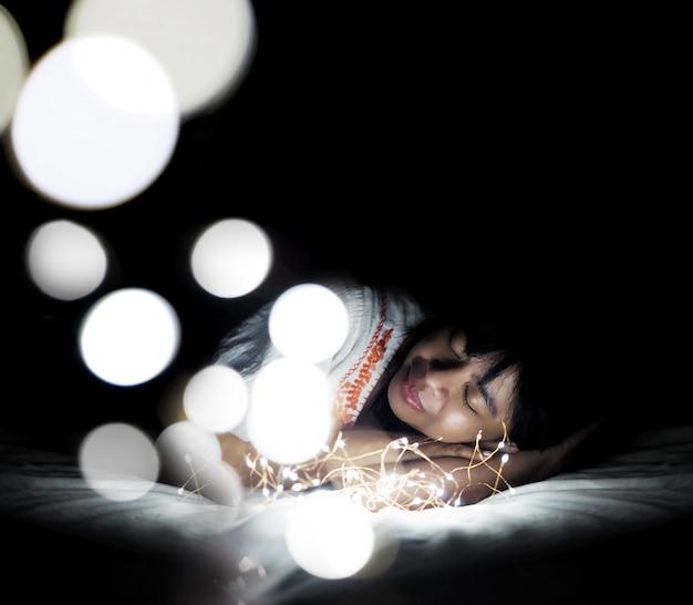Frau, die auf weißem kissen schläft