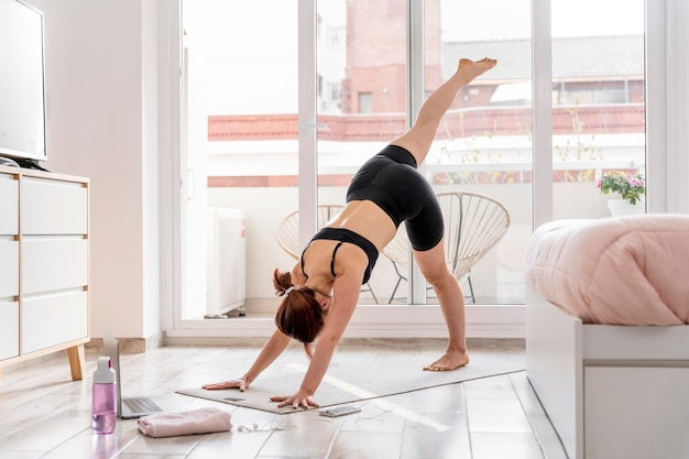 Frau, die auf yogamatte streckt