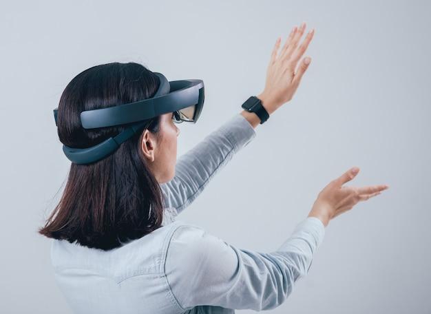 Frau, die augmented-reality-brille trägt.