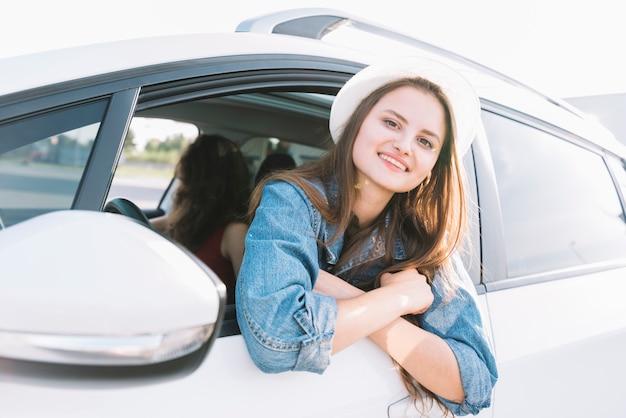 Frau, die aus dem autofenster hängt