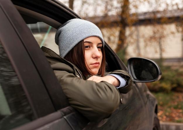 Frau, die aus dem autofenster schaut
