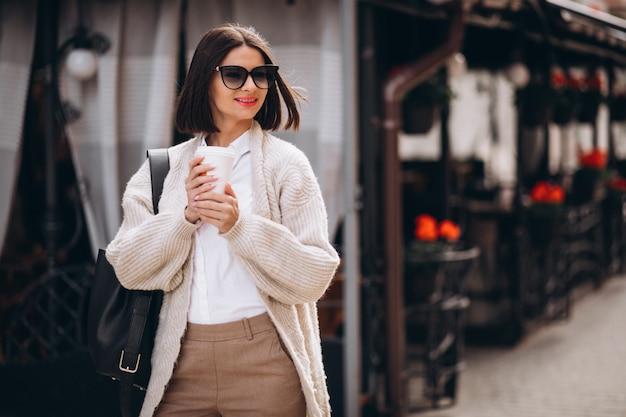 Frau, die außerhalb der stadtstraßen am telefon spricht
