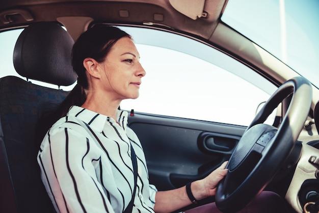 Frau, die auto fährt