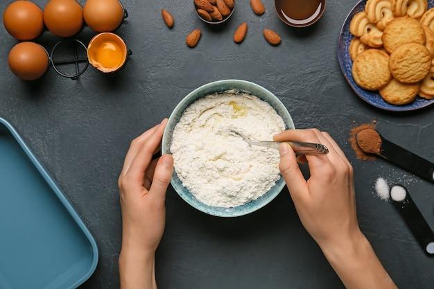 Frau, die bäckerei auf tisch, draufsicht vorbereitet