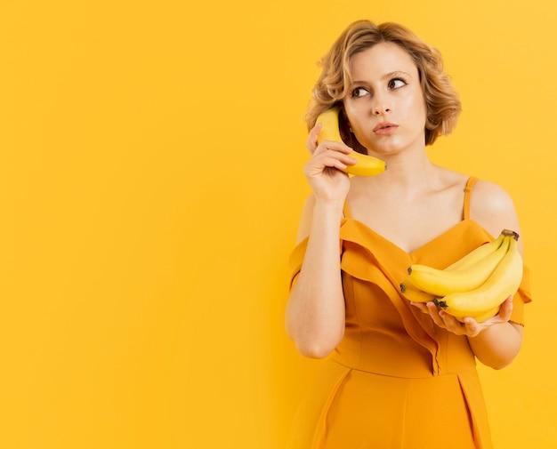 Frau, die banane benutzt, um über telefon zu sprechen