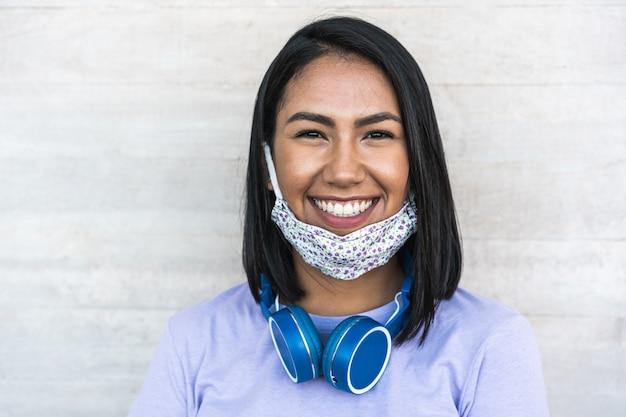 Frau, die beim tragen der gesichtsschutzmaske lächelt