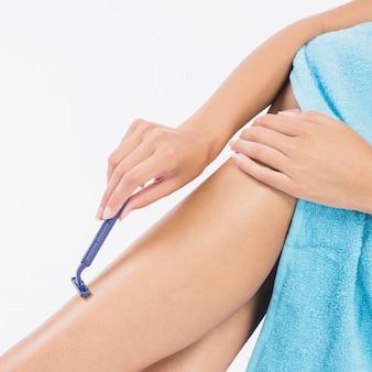 Frau, die beine rasiert