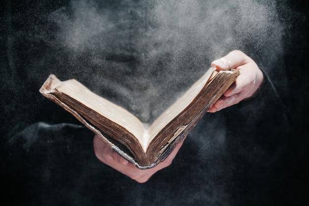 Frau, die bibel im dunkeln liest