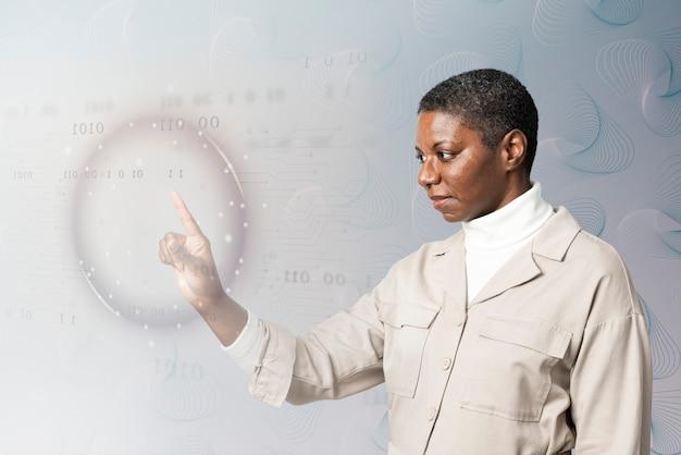 Frau, die binärcode auf virtuellem bildschirm analysiert