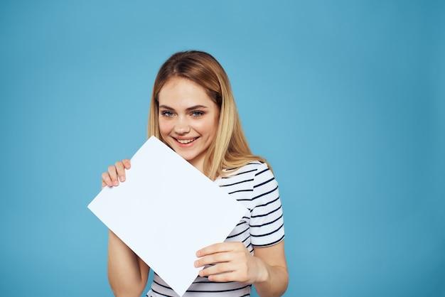 Frau, die blatt papier hält