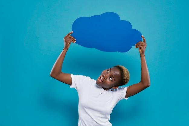 Frau, die blaue leere leere speeckblase über kopf hält