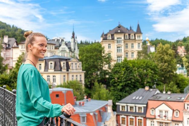 Frau, die blick auf karlovy vary von der panoramaterrasse genießt