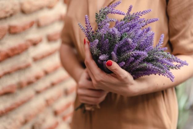 Frau, die blumenstrauß des lavendels hält