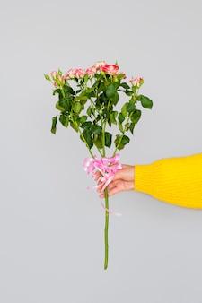Frau, die blumenstrauß von rosen hält