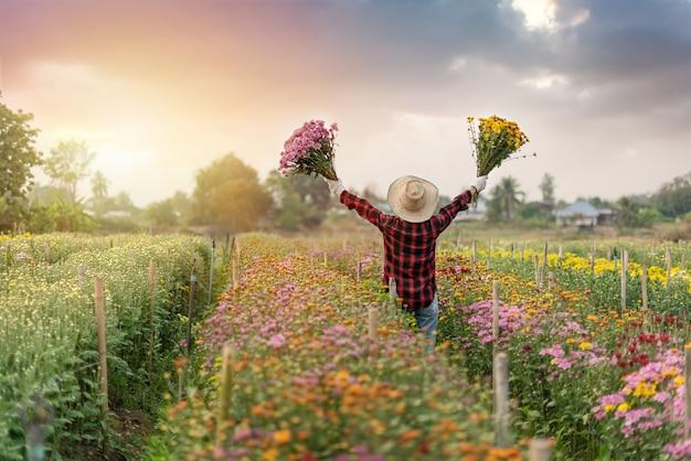 Frau, die blumenstraußblumen hält