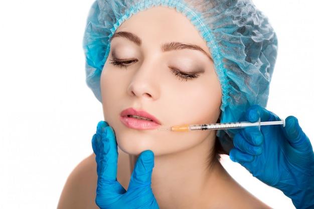 Frau, die botox einspritzung empfängt
