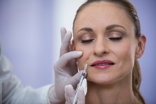 Frau, die botox-injektion erhält