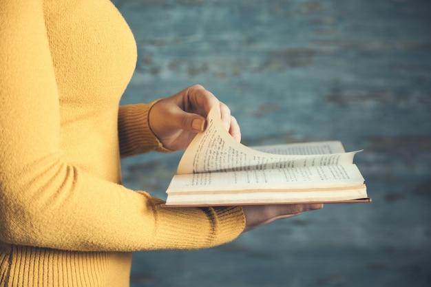 Frau, die buch auf blauer zusammenfassung liest