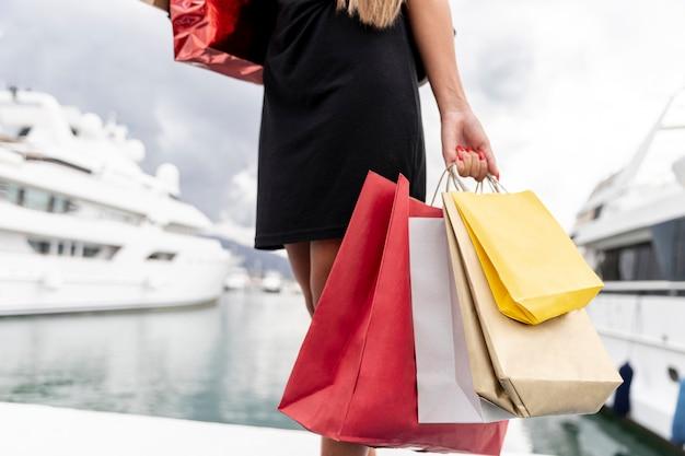 Frau, die bunte einkaufstaschen hält