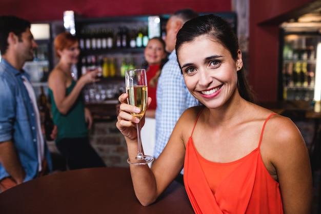 Frau, die champagner im nachtclub genießt