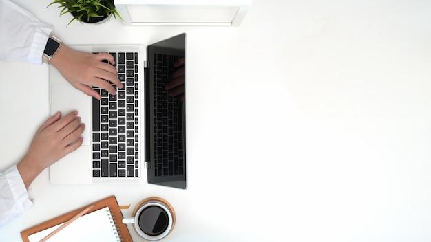 Frau, die computerlaptop, panoramisches fahnenbild der draufsicht verwendet