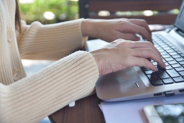 Frau, die computernotizbuch verwendet