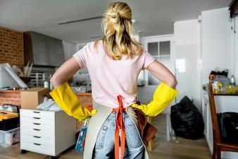 Frau, die das Haus säubert
