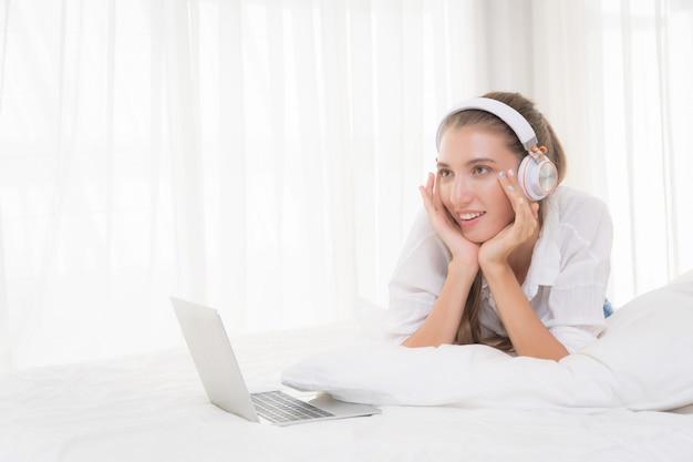 Frau, die das hören musik mit kopfhörern sich entspannt.
