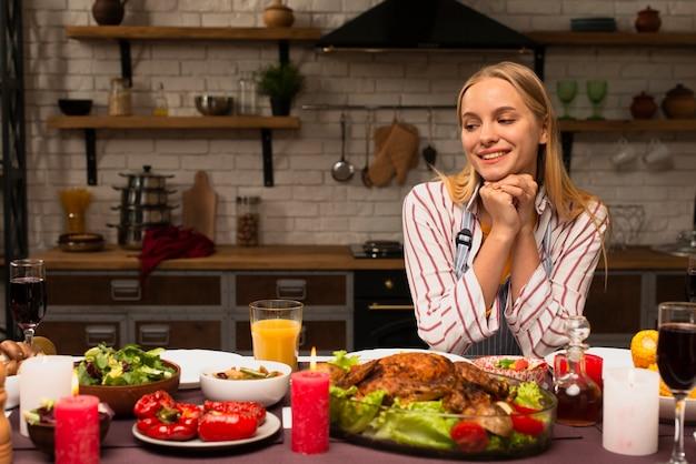 Frau, die das lebensmittel in der küche betrachtet