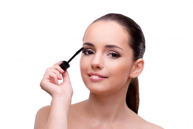 Frau, die das make-up getrennt auf weiß erhält