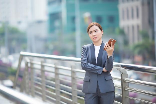 Frau, die das smartphone tippt und sie fühlt sich traurig