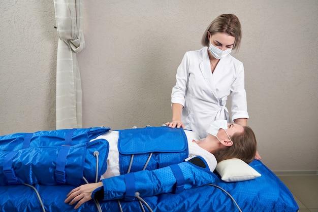 Frau, die das verfahren der drucktherapie erhält, um ihre beine ohne krampfadern perfekt zu machen und