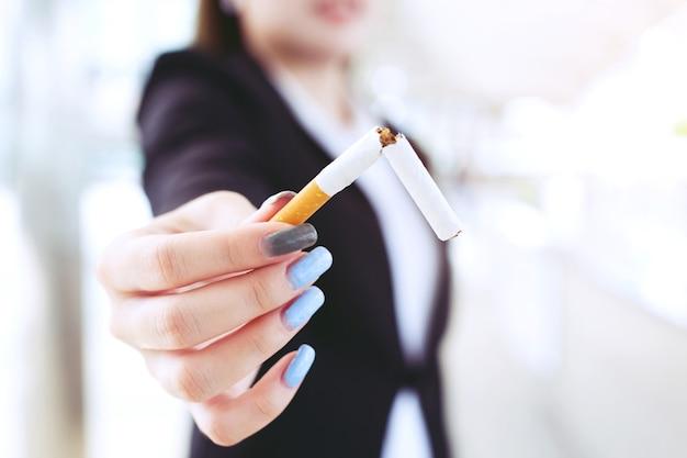 Frau, die das zigarettenkonzept für die raucherentwöhnung und einen gesunden lebensstil ablehnt