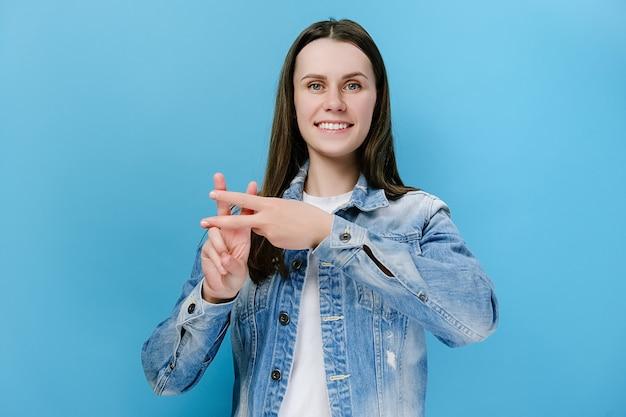 Frau, die daumen drückt, um hashtag-zeichen zu machen