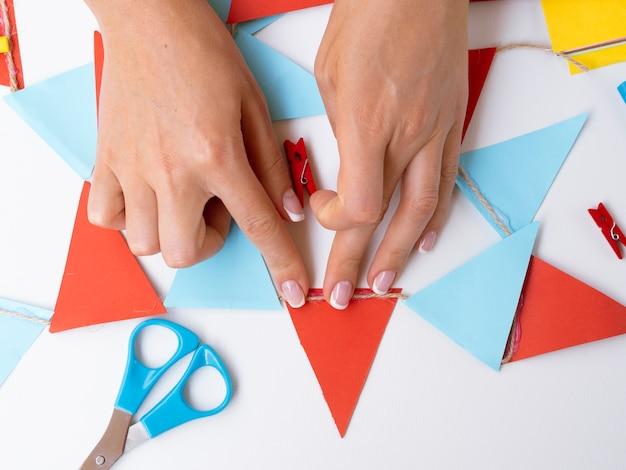 Frau, die dekorationen mit farbigem papier macht