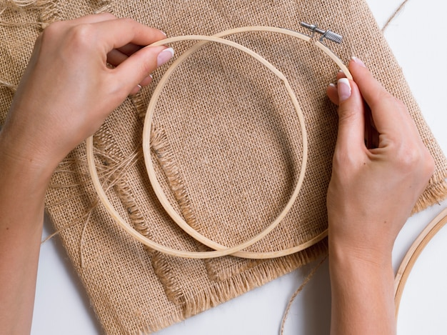 Frau, die dekorationen mit hölzernen ringen macht