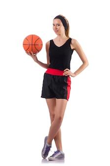 Frau, die den basketball getrennt auf weiß spielt