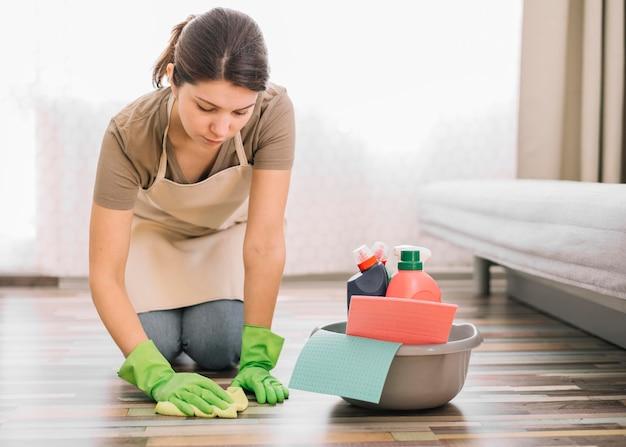 Frau, die den boden putzt