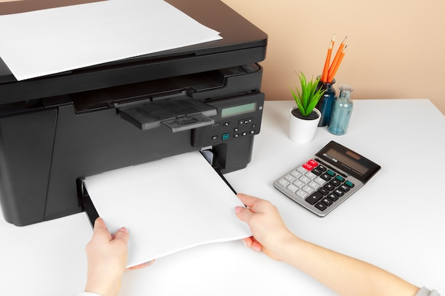 Frau, die den drucker verwendet, um dokument zu scannen und zu drucken