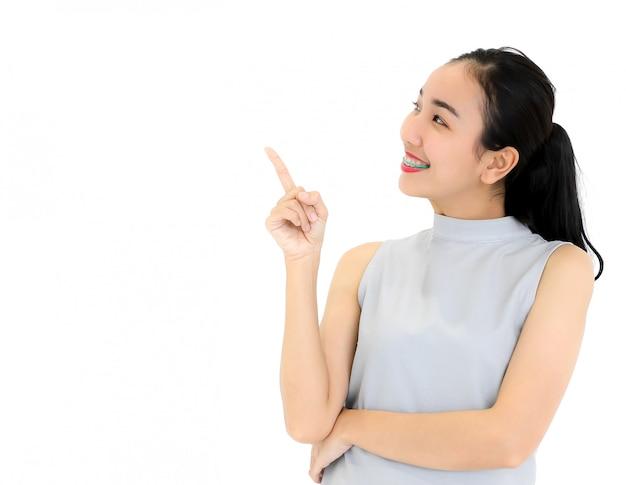 Frau, die den finger lokalisiert zeigt.