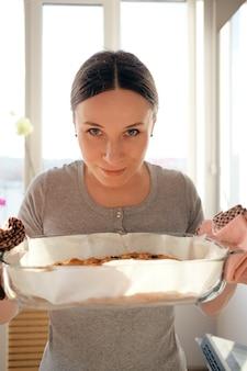 Frau, die den geruch von frisch gebackenem kuchen genießt